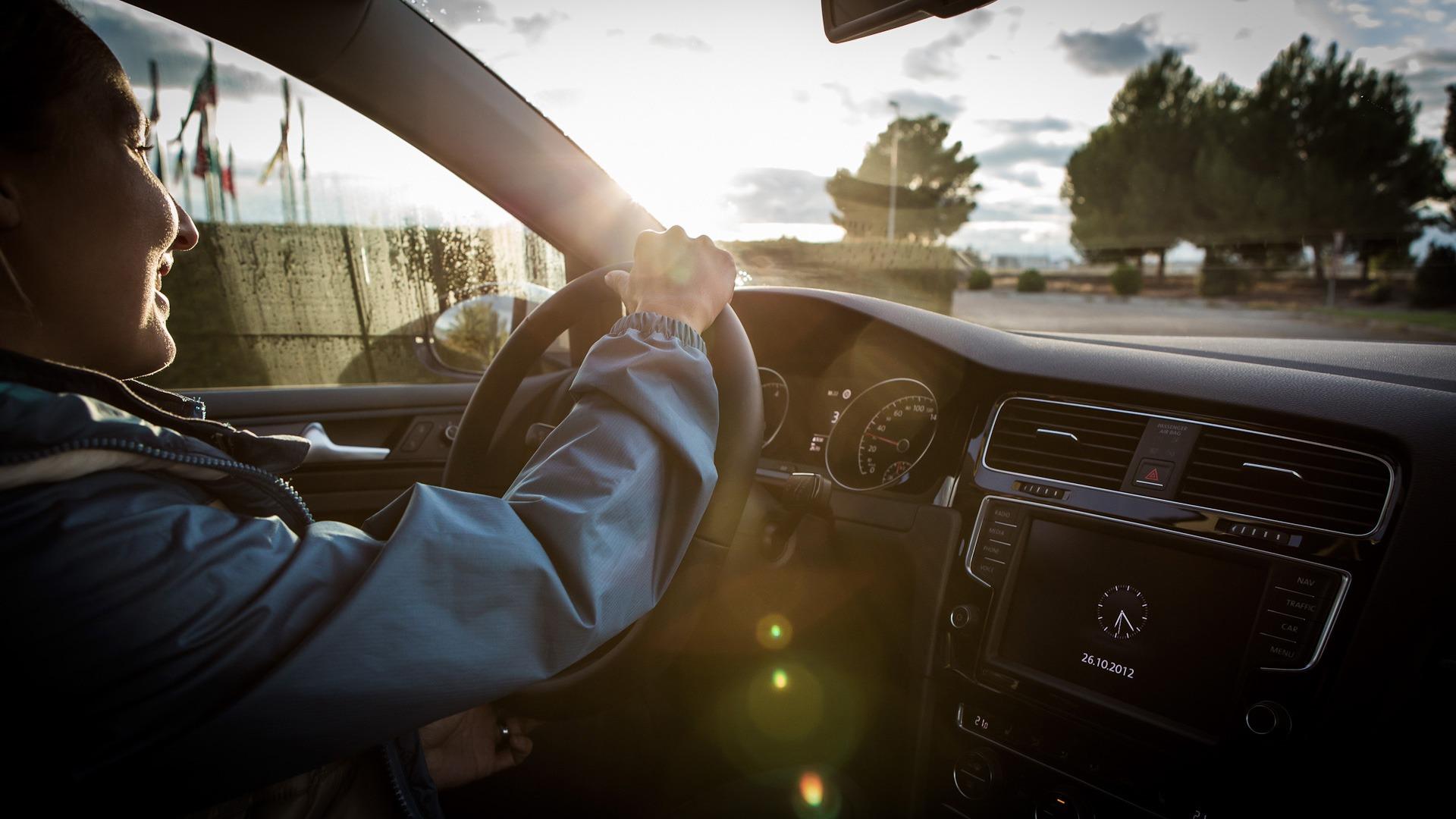 Fahraufnahme Stimmungsbild gegenlicht interior auto